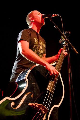 Une vidéo qui soulève des questions comme le bassiste de The Living End soulève sa contre-basse.